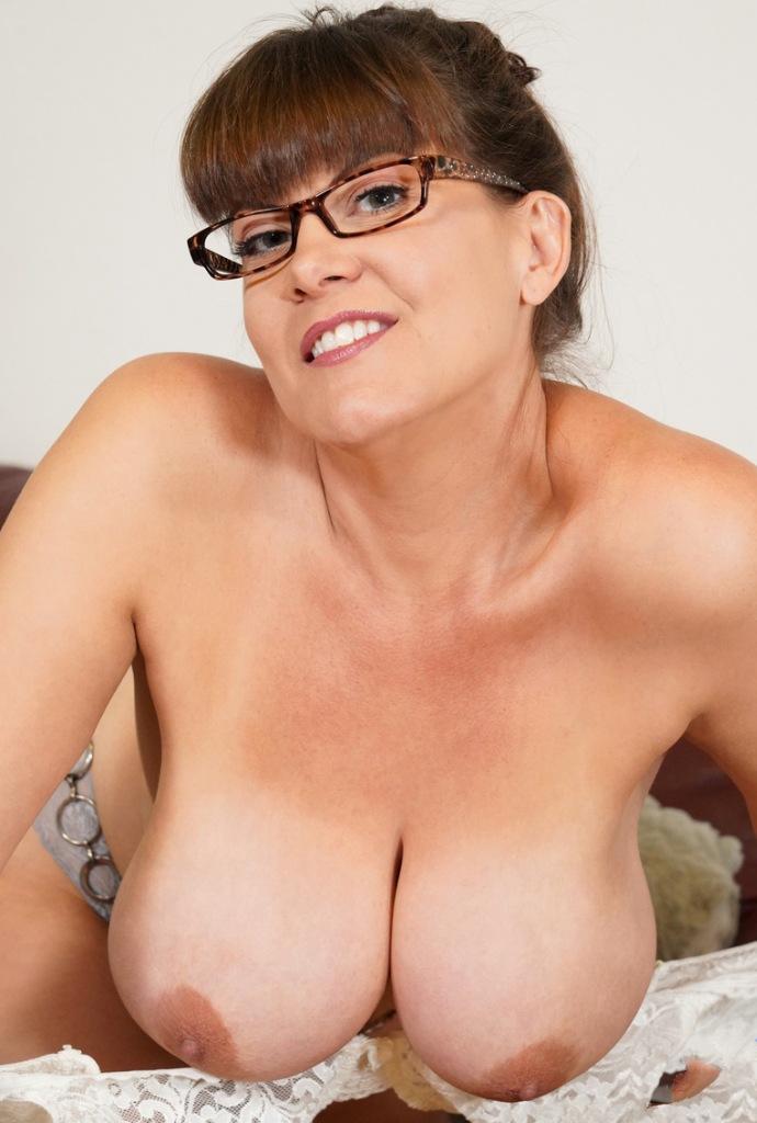 Hast Du Interesse daran bezüglich Spermageile Hausfrau zu chatten?