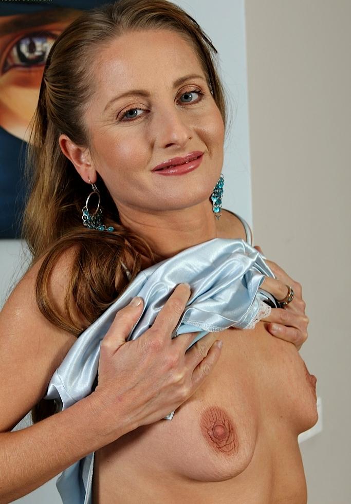 Zum Sexthema Notgeile Milf und auch Rasierte Flittchen frag Anja.