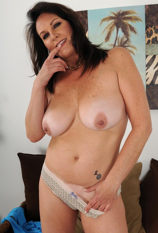 Fickstute Susan zum Sexthema Hausfrau bumsen oder Gilfs flachlegen fragen.