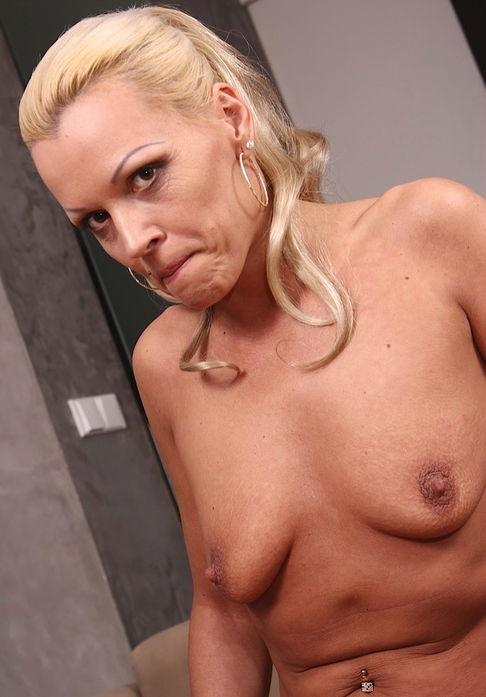 Hausfrau Angelika bezüglich Omas kennenlernen sowie Cougars treffen interviewen.