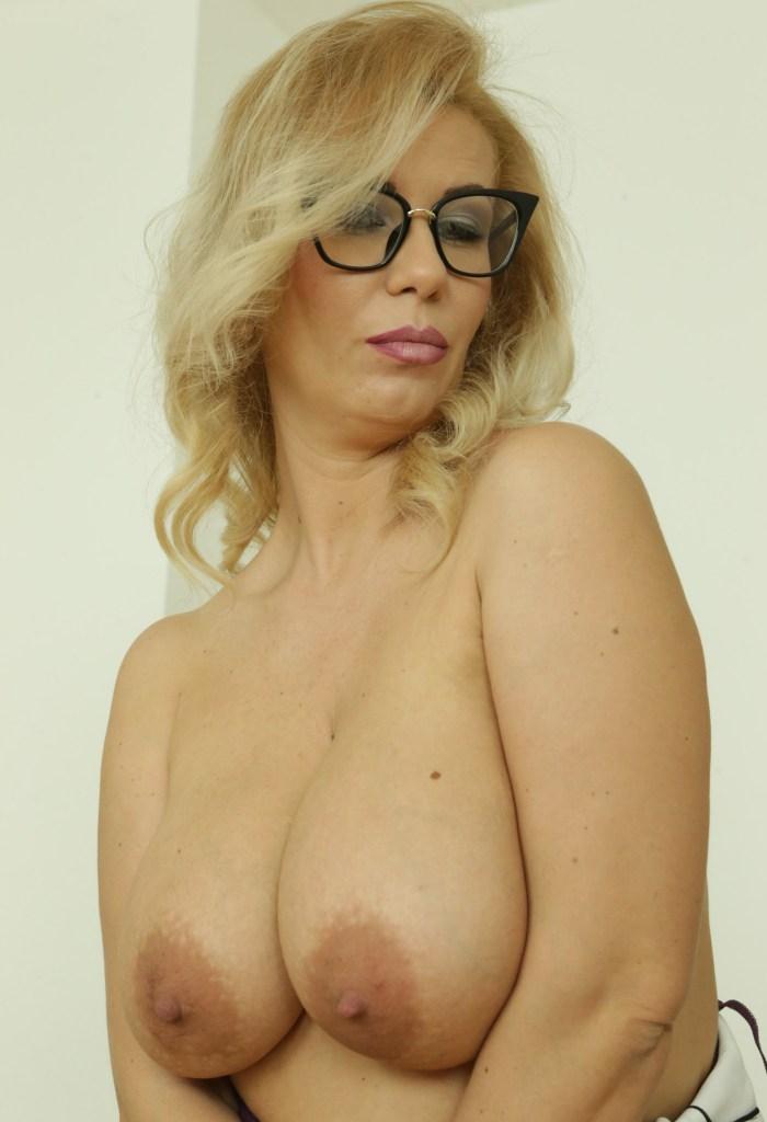 Hausfrau Elisa in Sachen Sie sucht Sex Frankfurt bzw. Erotischer Kontakt Innsbruck einfach anschreiben.