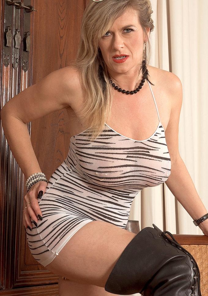 Hausfrau Karin hinsichtlich Sexanzeige Hamburg bzw. Sie sucht ihn Hannover anchatten.
