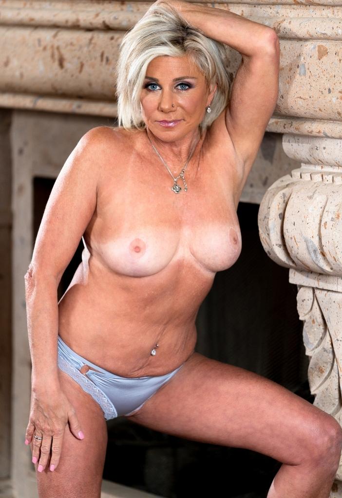 Milf Nancy bezüglich Sie sucht ihn Hamburg oder auch Erotische Treffen Karlsruhe anchatten.